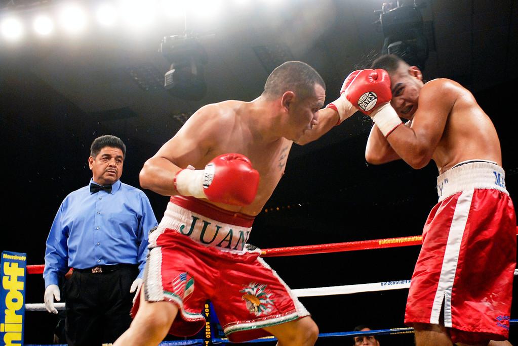 (11.3.2007 -- Tucson, Arizona)  Juan Pablo Montes de Oca scores to the head of Gabriel Martinez in the 5th round of their 6 round super welterweight fight at the Desert Diamond Casino.  Martinez ulitimately won a split decision.