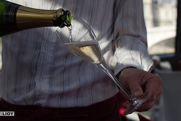 sommolier pouring champagne