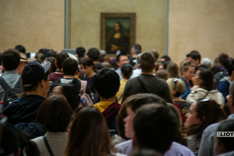 louvre crowds at the mona lisa