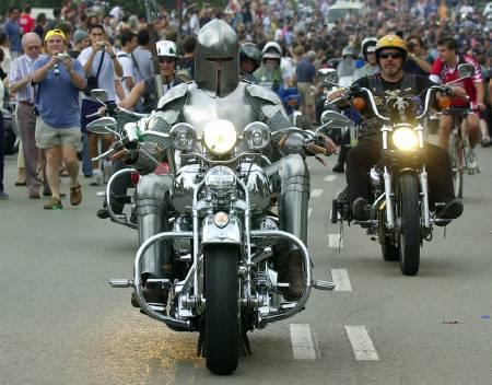 Un motard vêtu d'une cuirasse de chevalier ouvre le cortège du centenaire de la Harley-Davidson à Monjuic, au sud de Barcelone. Des milliers d'amoureux de cette légendaire marque de motos se sont donné rendez-vous dans cette région de la Catalogne. /Photo prise le 28 juin 2003/REUTERS/Albert Gea