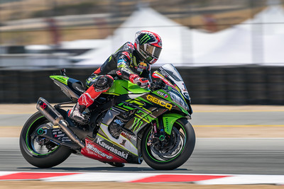 Jonathan Rea on the #1 Kawasaki ZX-10RR braking into Turn 11