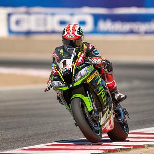 Jonathan Rea comfortably leading the field on the #1 Kawasaki