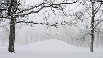 Gravhaug i vinterdrakt