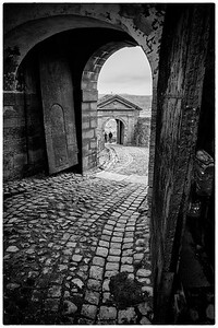 Gjennom portene på Fredriksten festning