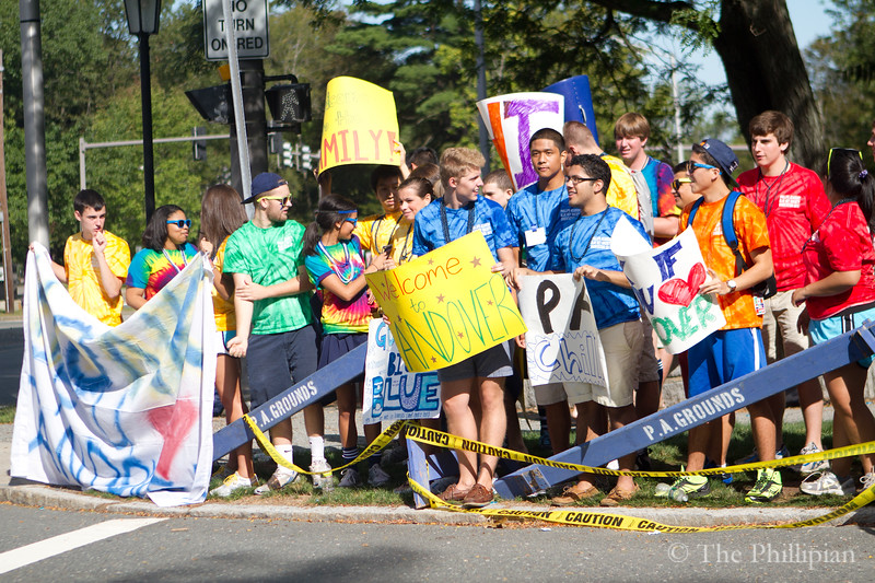 Blue Keys welcome new students on move-in day. (Jing Qu/The Phillipian)