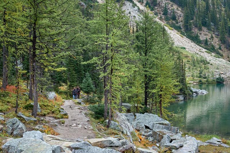 The hiking trail along Lake Agnes