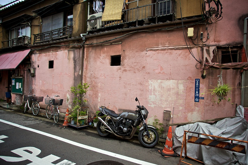 There are little pink houses in Japan, too. Just off the Tokaido Road.