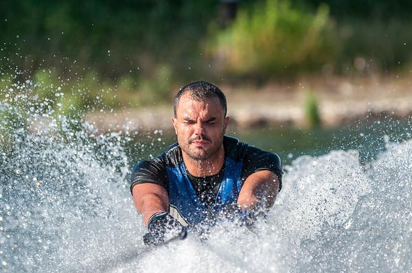 Daniele in azione mentre sorge dalle acque