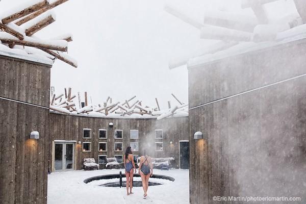 SUEDE. LE SPA FLOTTANT DE L HOTEL ARCTIC BATH EN LAPONIE SUEDOISE.
