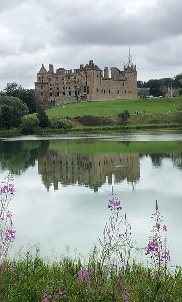 Linlithgow Palace, birthplace of Mary Queen of Scots, by Loch Linlithgow, Scotland.