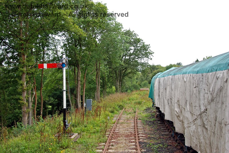 The train comes to a stand at the Advance Starter, which is currently fixed at danger. There is a sand drag prior to the buffers. 15.08.2009