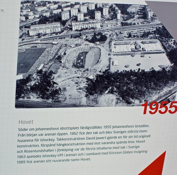 Till vänster på bilden ligger Johanneshovs IP på den plats där Söderstadion varit i många år. Där tävlade jag i fri idrott som liten. På söderstadion fick vi vår första konstfrysta skridskobana i Sthlm. Det var ganska blåsigt och grusigt där så det var en befrielse när Östermalms IP blev klar. <br /> Innan taket på Johannshovs Istadion ( nu talar jag om ishockeyarenan) kunde vi höra jublet från matcherna hemma hos mig i Björkhagen. När taket kom på gjordes också läktarna om till såsom det ser ut på bilden ovan. Endast en långsida var sittplatser så under VM 1963 tog man stadigt in över 18 000 åskådare. Själv såg jag SWE slå USA med 10-3.<br /> Till höger om Isstadion låg en grus- och en gräsplan för fotboll. De fick ge vika för Globen.<br /> <br /> <br /> .