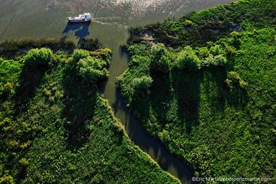 ARGENTINE. DELTA DU PARANA. Navigation dans les méandres du Delta à bord de la « Chata Afrodita », un bateau caractéristique du delta construit au milieu du siècle dernier et  originellement consacré au transport de fûts pour une distillerie