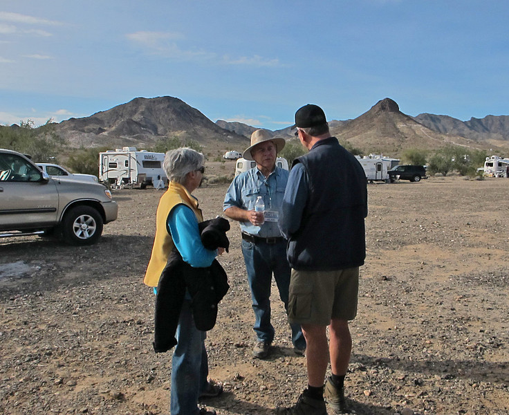 Peggy and Mark Baker catch up with Alan Knudson.