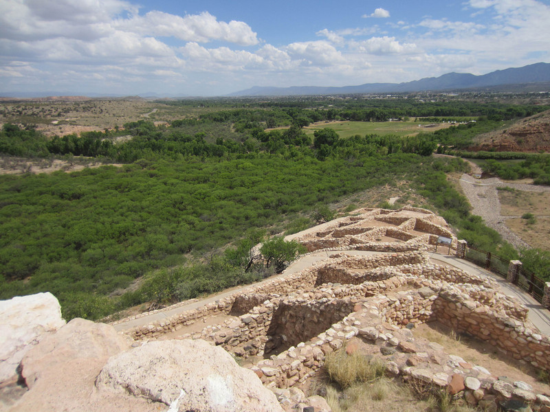 Tuzigoot was built by the Southern Sinagua people, at a strategic location on a hill with springs and marsh at the bottom, and not far from the Verde River. It peaked between 1100 and 1425 AD and was one of the largest Southern Sinagua settlements in the Verde River Valley. The original pueblo was up to two stories high, with over 70 rooms. The Southern Sinagua are ancestral to the Hopi and Zuni people.