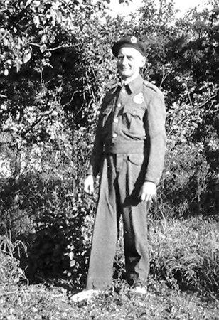 <font size=3><u> - Royal Observer Corps - </u></font> (BS0382)  Photo of Mr RD Wells, ROC.