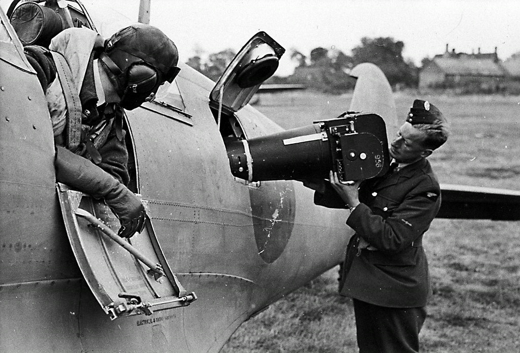 <font size=3><u> - Loading Camera into Spitfire - 1940/45 - </u></font> (BS0883)