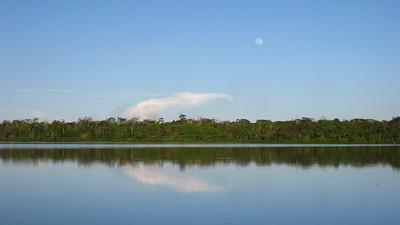 Lago Limoncocha con luna