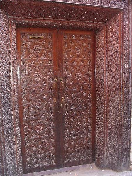 463_Ma_Mellah_Porte_en_bois_decoree_sculptee_d_un_Riad