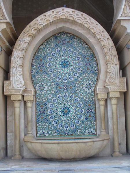 031_Casa_MH_II_Fontaine_zellige_encadree_arc_et_colonnes_marbre