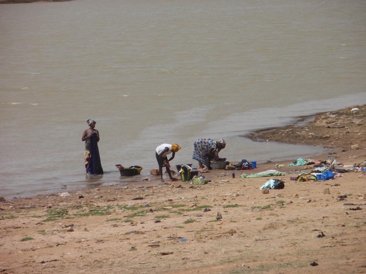 349_Mopti  Women Washing Clothes