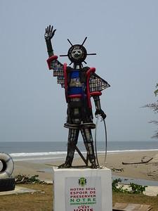 015_Libreville  L'enfant au cerceau  Recyclage de cannettes