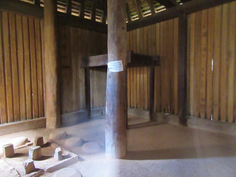 029_Tana  The Rova  King House  Le lit et les pierres pour cuisiner