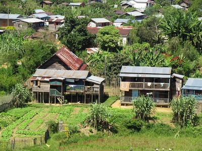 262_Andasibe  Gros village perdu en pleine forêt  Maisons de bois