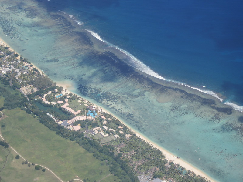 008_Mauricius Island  Indian Ocean  Tropical Blue-green sea  107 hotels  1,2 millions visitors a year