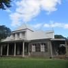 096_La cure, maison blanche avec son toit en tôle et sa belle varangue  Pierre volcanique