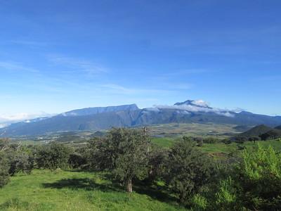 032_La Route du Volcan  À gauche, le Grand Benares, 2896m  À droite, le Piton des Neiges, 3070m