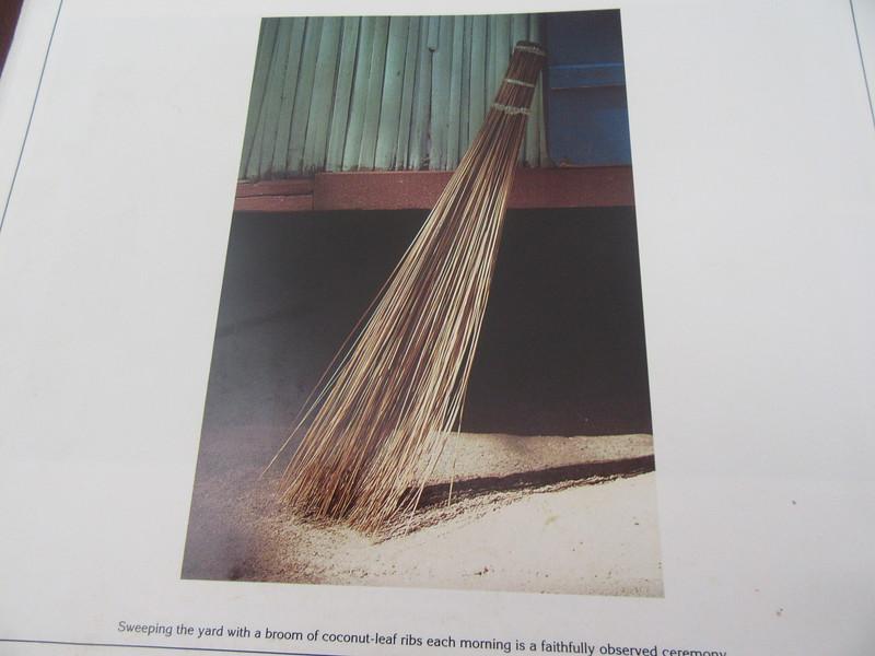 042_Mahé Island  Balai  On utilise de la fibre de noix de coco