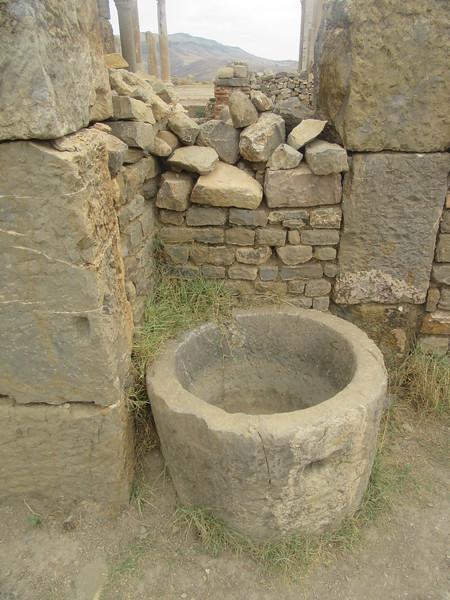 422_Djemila  Ville Romaine  La Troisième Phase, Le Quartier Chrétien  Bac à eau pour abreuver et attacher chevaux