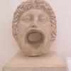112_Alger  Masque de la Gorgone  4e siècle ap  J C  Marbre blanc  Ornait la façade d'une fontaine publique et servait de conduite d'adduction d'eau