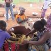 047_Aniassué  Semoule de manioc (Attieké)  7 de 7  Ensachage (pour vente au marché)