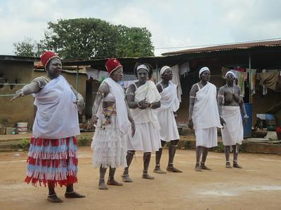 027_Aniassué  L'École des Femmes Fétiches Komians  13 de 20  Les Danses Komians  Attenidre un état de transe