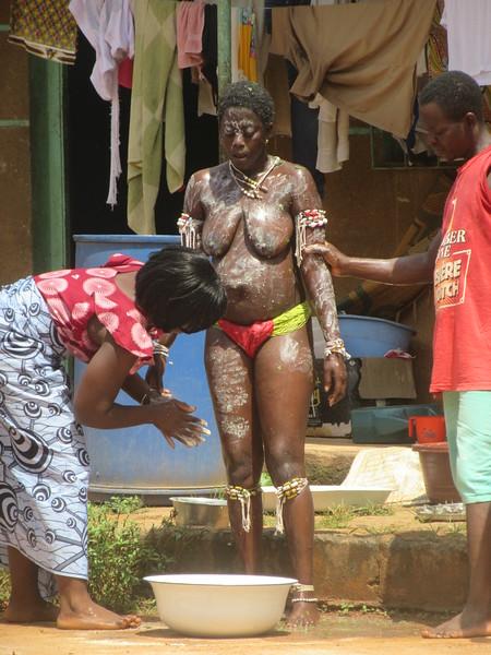 031_ Femmes Fétiches Komians  17 de 20  Les Danses  Initiation après 18 mois  Enduire de Keolay (pour éveiller-attirer) les bons esprits