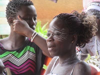 023_Aniassué  L'École des Femmes Fétiches Komians  9 de 20  Le Keolay (poudre blanche) qui aide à attirer les esprits bienfaisants