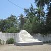 141_Grand-Bassam  Le Monument Dédié aux Victimes de la Fièvre Jaune (1899)  Sur 70 résidents, 60 meurent en 2 semaines  Les autres fuient