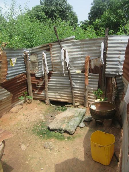 017_Casamance  Maison typique (en banco)  9 de 21  La Douche  On verse l'eau sur sa tête et son corps