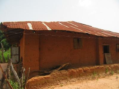 010_Casamance  Maison typique (en banco)  2 de 21  Pas d'électricité, pas  de génératrice, pas de panneau solaire  Pas d'eau courante