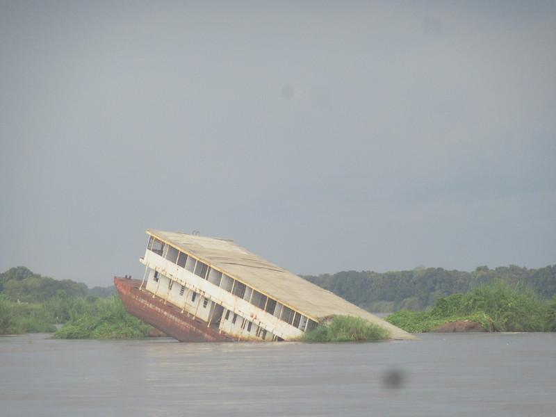 021_South Sudan  Juba  White Nile  Sunken ship
