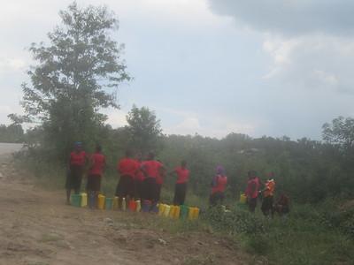 042_Queen Élisabeth National Park  Fetching Water