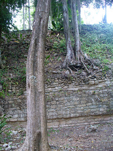017_Chacchoben_Walls_surrounding_the_Great_Place