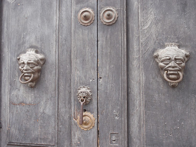 029  Antigua  Door Knocks