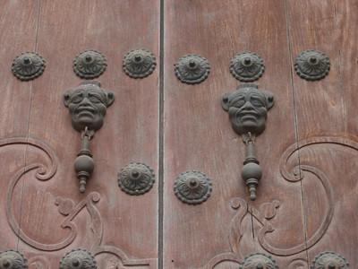 030  Antigua  Door knocks