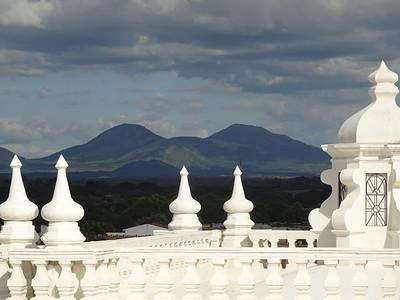 040_Leon  Basilica Catedral De La Asuncion  L'enfillade de 11 volcans de la Cordillera Los Marrabios, jusqu'au Momotombo dominant le Lago de Managua