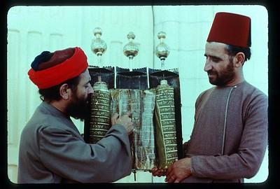 38_Nablus_Samaritains_avec_antique_Torah