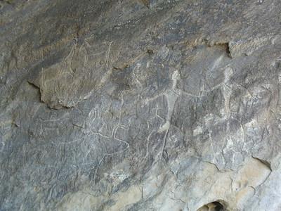 013_Gobustan_6000_petroglyphs_Men_and_oxen_or_gazelles_