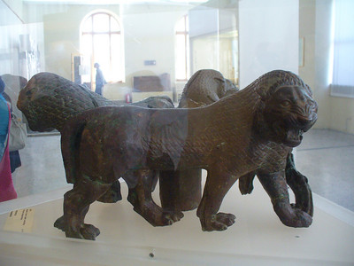 027_Massive_bronze_stand_consisting_3_conjoined_lions_Persepolis